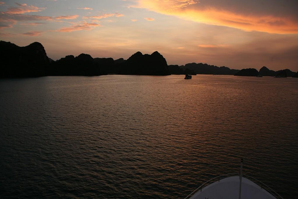 Ngắm hoàng hôn trên vịnh Lan Hạ từ du thuyền Aspira